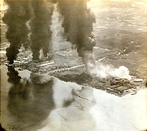 Các cơ sở Nhật chiếm đóng dọc bờ sông Sài Gòn bốc cháy sau đợt tấn công của các máy bay từ tàu sân bay USS Essex của Mỹ sáng ngày 12-01-1945.
