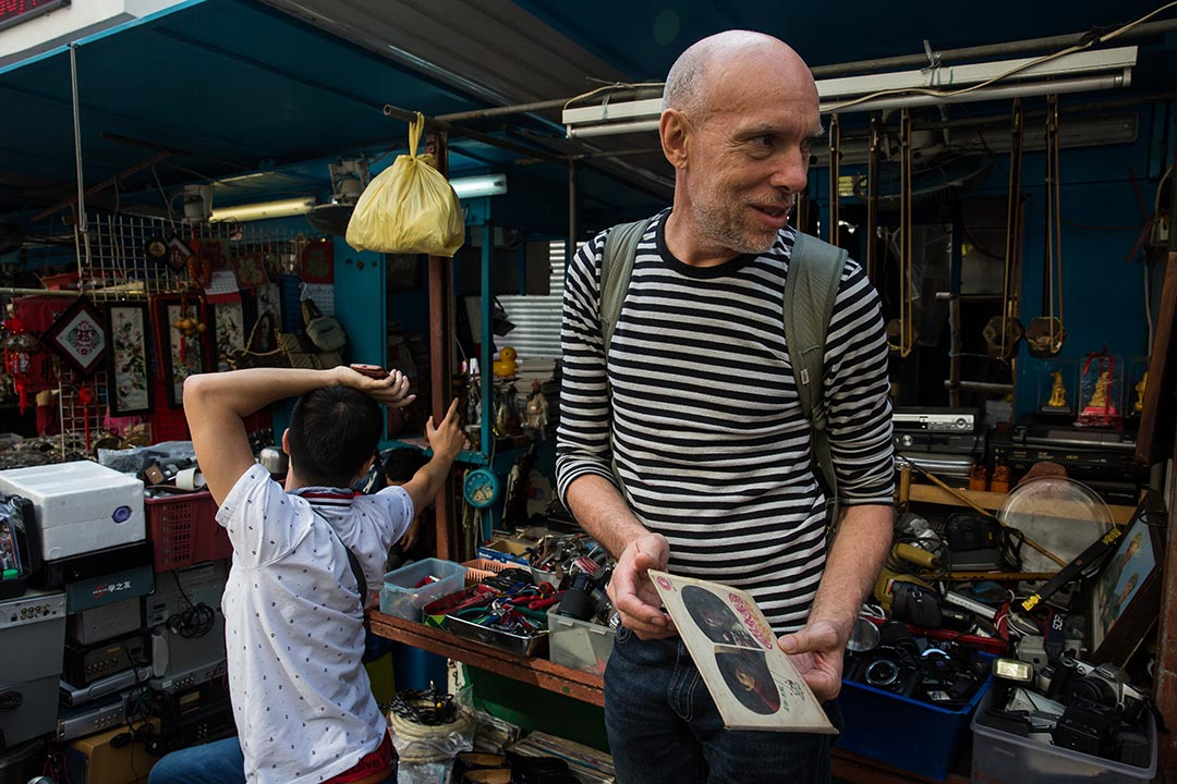 Andrew Guthrie在深水埗鴨寮街街檔找唱片。