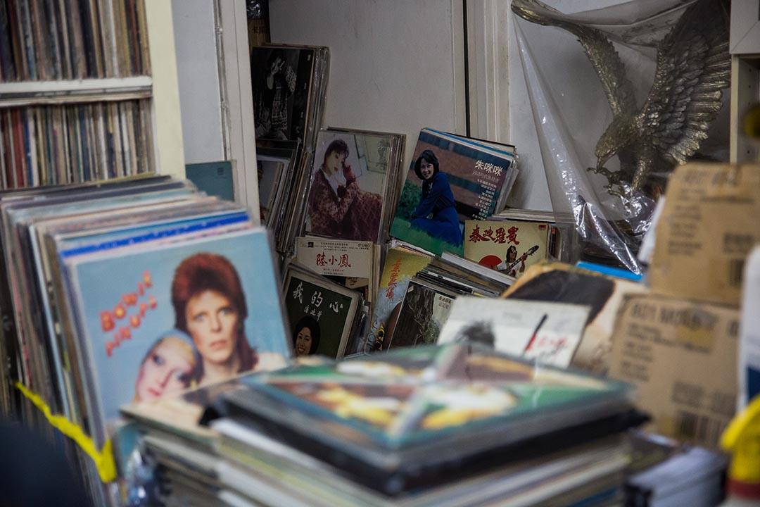 Paul的唱片店內堆放了各類型的唱片