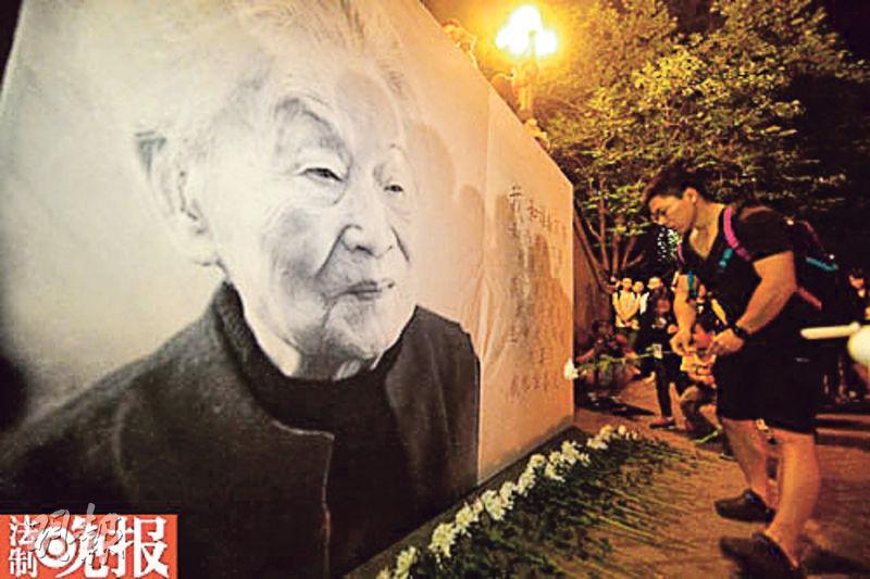 清華大學,百多名學生自發悼念楊絳,獻上白花。