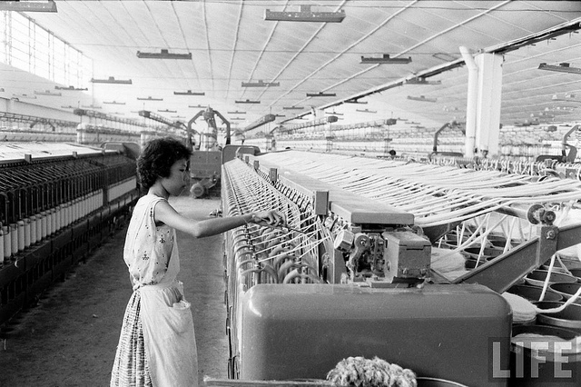 Sài Gòn 1961. Trong một nhà máy dệt.2