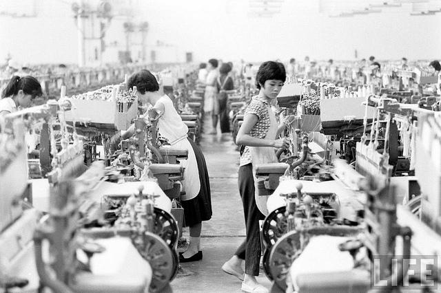Sài Gòn 1961. Trong một nhà máy dệt.
