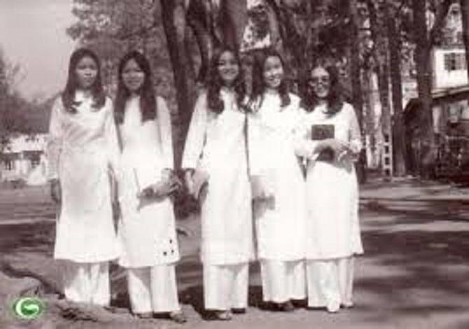 Áo dài Raglan + Mini: 60 年代末,1970 初,南越越女學生的長衫款,是 Raglan + Mini 款也。