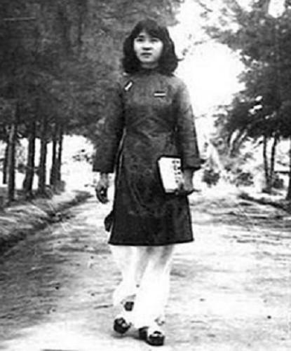1970 年代初,新潮女學生服裝,Raglan + Mini 款的 Áo dài,足登麵包涼鞋。