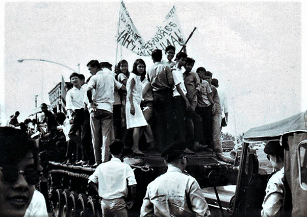 Hoc sinh Jean Jacques Rousseau va Marie Currie tham du dam tang mot si quan chet trong cuoc dao chanh 1-11-1963