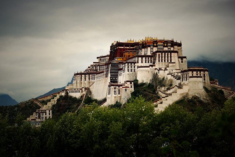 為何西藏的廟宇宮殿大多建在山崖之上?2