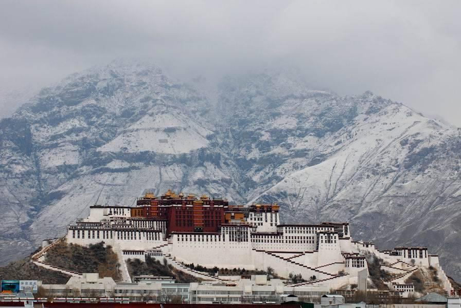 為何西藏的廟宇宮殿大多建在山崖之上?4
