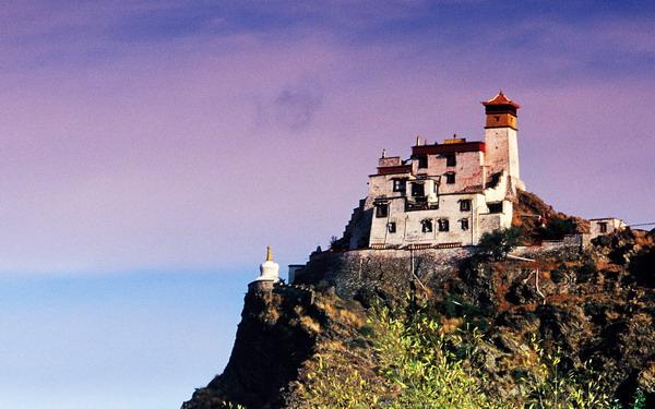 為何西藏的廟宇宮殿大多建在山崖之上?5