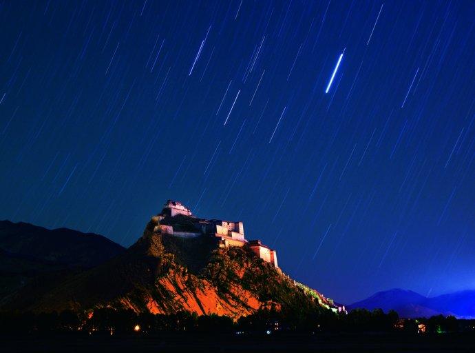 為何西藏的廟宇宮殿大多建在山崖之上?7