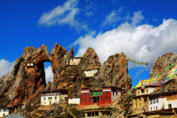 為何西藏的廟宇宮殿大多建在山崖之上?8