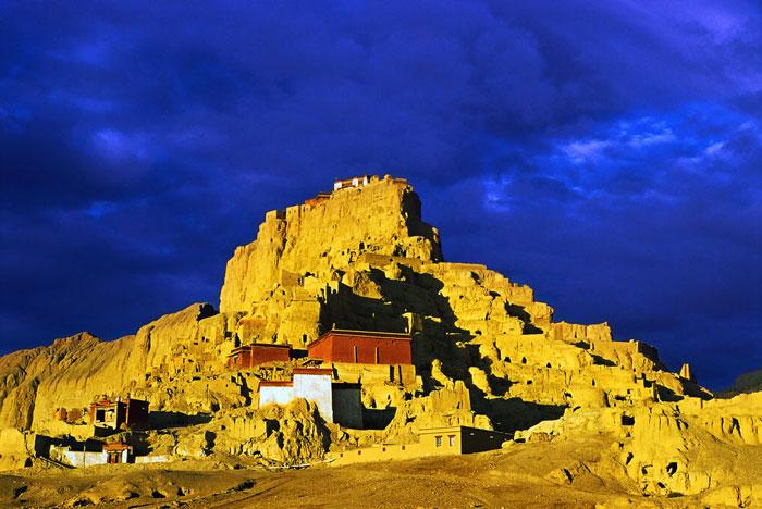 為何西藏的廟宇宮殿大多建在山崖之上?9
