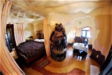 最特別的是房間裡的裝飾、家具包括睡床都是不規則的形狀,像是房間裡開闢了好幾個樹洞,與大自然中的動植物共眠。