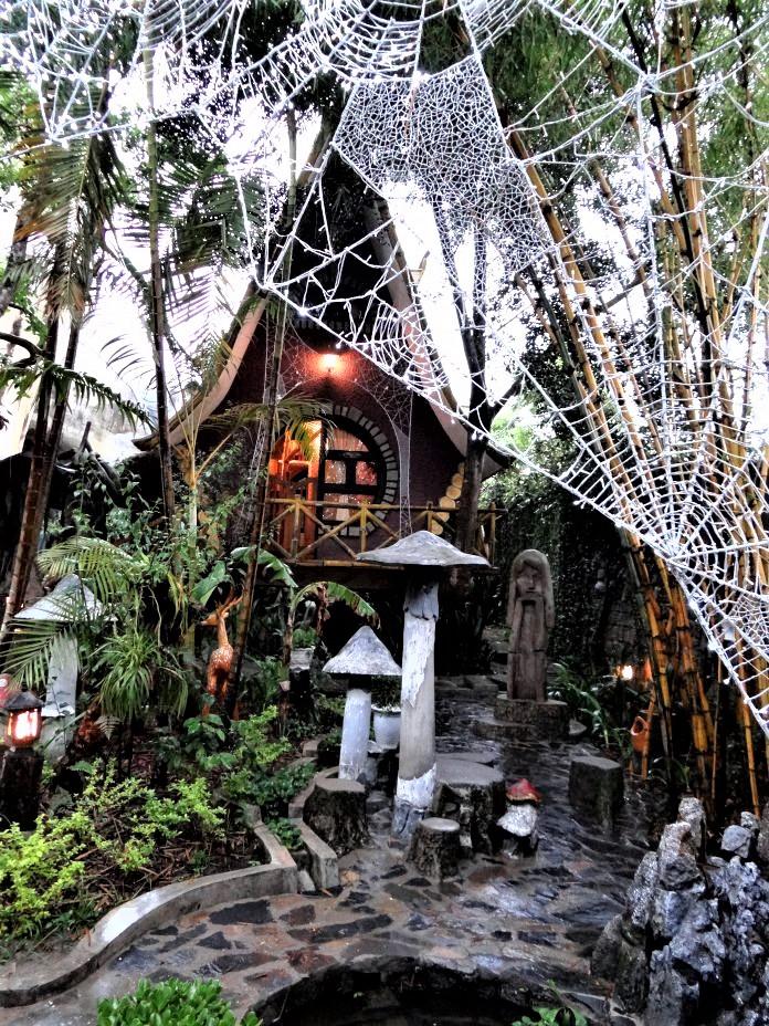Honeymoon-Room-in-the-Spider-Web-garden-696x928