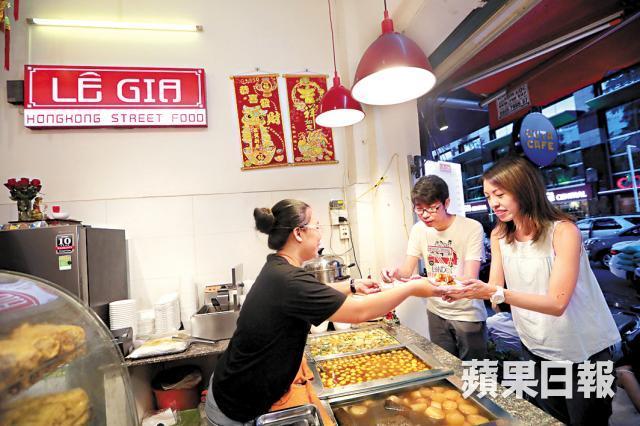 香港小食店隨處可見的熟食爐,黎友發的店內也一應俱全,牛雜、咖喱魚蛋都有供應。