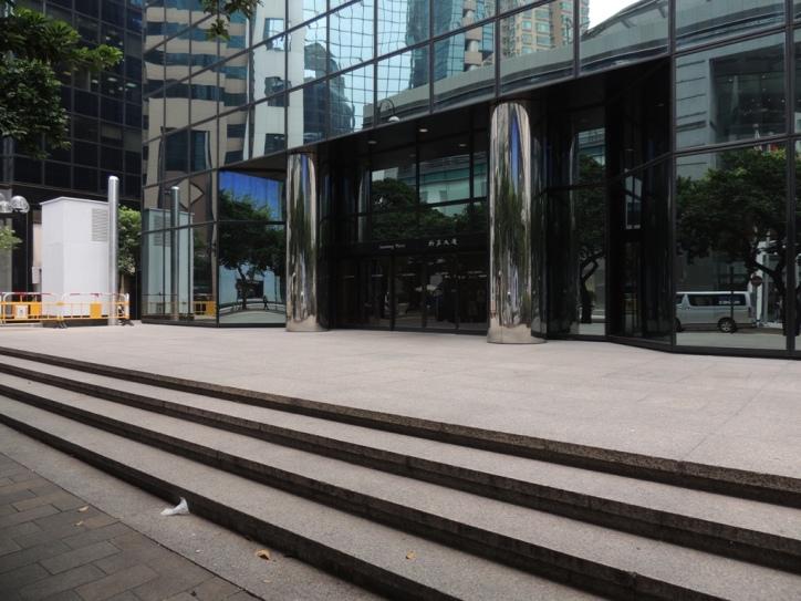 新寧大廈北正門對出為大堂廣場,大大提升建築物的氣勢,不少香港電影曾以此大廈作為拍攝場地。