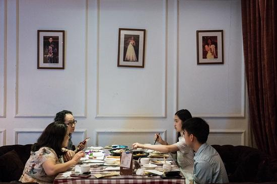 餐廳牆壁上懸掛著鄧麗君的照片。