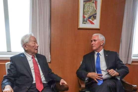 在APEC期間,與美國副總統彭斯會晤